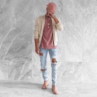 Cómo combinar: cazadora de aviador en beige, camiseta con cuello circular rosada, vaqueros pitillo desgastados celestes, botines chelsea de ante rosados