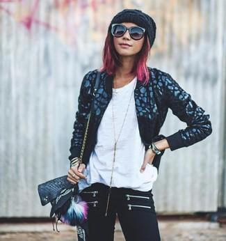 Si eres el tipo de chica de jeans y camiseta, te va a gustar la combinación de una cazadora de aviador negra y una bandana negra.