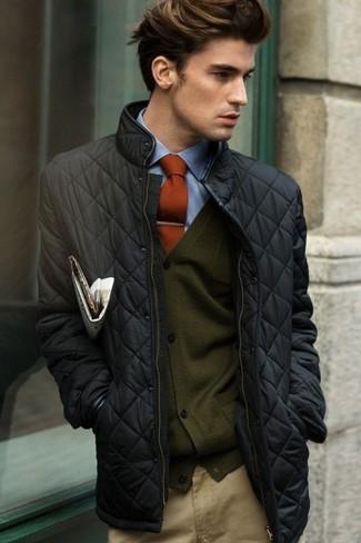 Cómo combinar: cazadora de aviador acolchada negra, cárdigan verde oscuro, camisa de vestir azul, pantalón chino marrón claro