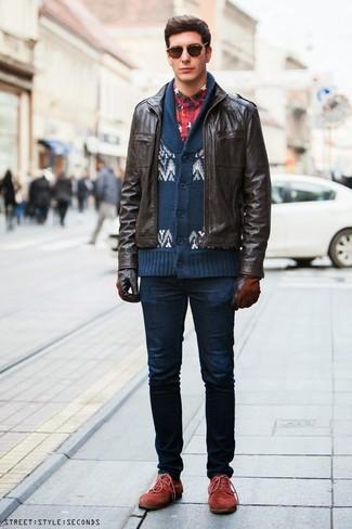 Cómo combinar: cazadora de aviador de cuero en marrón oscuro, cárdigan con cuello chal de grecas alpinos en azul marino y blanco, camisa de manga larga de franela de tartán en azul marino y rojo, vaqueros pitillo azul marino