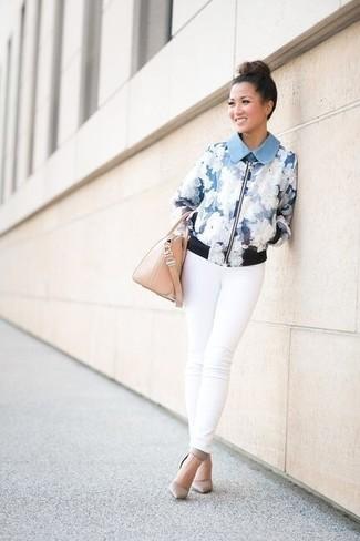 Si eres el tipo de chica de jeans y camiseta, te va a gustar la combinación de una cazadora de aviador de flores celeste y unos vaqueros pitillo blancos. ¿Por qué no ponerse zapatos de tacón de cuero grises a la combinación para dar una sensación más clásica?