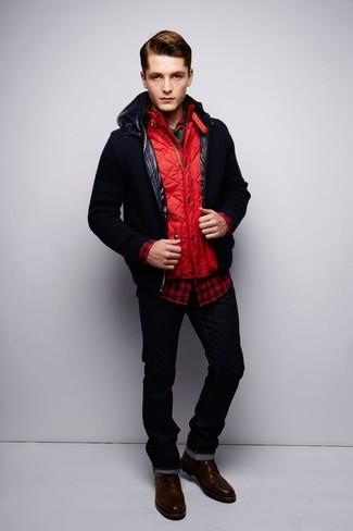 Cómo combinar: cazadora de aviador negra, chaleco de abrigo acolchado rojo, camisa de manga larga de cuadro vichy en rojo y negro, camiseta con cuello circular verde