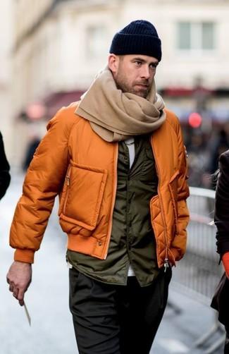 Cómo combinar: cazadora de aviador naranja, chaleco de abrigo verde oliva, camiseta con cuello circular blanca, pantalón chino negro
