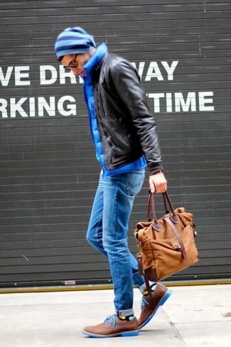 Cómo combinar: cazadora de aviador de cuero en marrón oscuro, chaleco de abrigo acolchado azul, vaqueros pitillo azules, zapatos derby de ante marrónes
