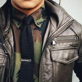 Cómo combinar: cazadora de aviador de cuero en marrón oscuro, camisa de manga larga de camuflaje verde oliva, corbata de punto negra