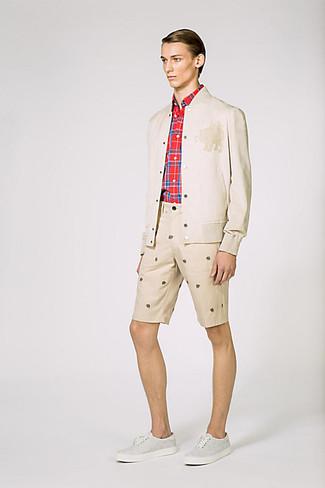Cómo combinar: cazadora de aviador en beige, camisa de manga larga de tartán roja, pantalones cortos estampados en beige, zapatillas plimsoll grises