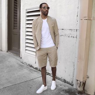 Cómo combinar: cazadora de aviador en beige, camiseta con cuello circular blanca, pantalones cortos en beige, tenis blancos