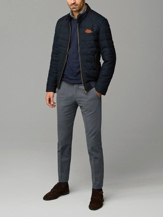 Cómo combinar: cazadora de aviador acolchada negra, jersey con cuello circular azul marino, camisa vaquera gris, pantalón de vestir de lana gris