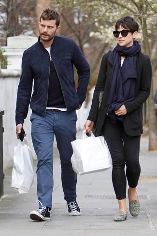 Look de Jamie Dornan: Cazadora de Aviador de Ante Azul Marino, Jersey con Cuello Circular Negro, Camiseta con Cuello Circular Blanca, Pantalón Chino Azul