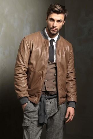 Look de moda: Cazadora de aviador de cuero marrón, Jersey con cuello circular en gris oscuro, Chaleco de vestir de lana marrón, Camisa de vestir blanca