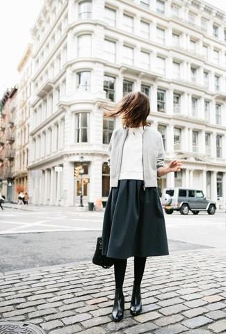 Ponte una cazadora de aviador gris de mujeres de GUILD PRIME y una falda midi en gris oscuro para una vestimenta cómoda que queda muy bien junta. Botas planas con cordones de cuero negras añadirán un nuevo toque a un estilo que de lo contrario es clásico.