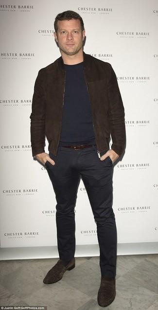 Look de Dermot O'Leary: Cazadora de Aviador de Ante en Marrón Oscuro, Jersey con Cuello Circular Azul Marino, Pantalón Chino Negro, Mocasín de Ante en Marrón Oscuro