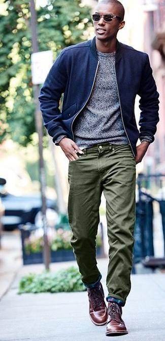 Cómo combinar: cazadora de aviador de lana azul marino, jersey con cuello circular gris, pantalón chino verde oliva, botas casual de cuero marrónes