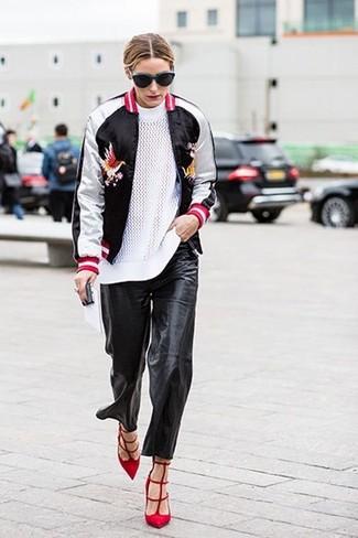 Look de Olivia Palermo: Cazadora de Aviador en Negro y Blanco, Jersey con Cuello Circular Blanco, Pantalones de Pijama de Cuero Negros, Zapatos de Tacón de Ante Rojos