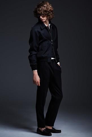 Cómo combinar: cazadora de aviador azul marino, jersey con cuello henley negro, camiseta henley blanca, pantalón de vestir negro