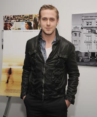 Look de Ryan Gosling: Cazadora de Aviador de Cuero Negra, Camisa de Manga Larga de Cambray Gris, Camiseta sin Mangas Blanca, Pantalón Chino Negro