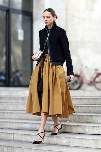 Empareja una camisa polo con una falda campana marrón claro para conseguir una apariencia relajada pero chic. Zapatos de tacón de cuero negros proporcionarán una estética clásica al conjunto.