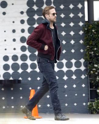 Look de Ryan Gosling: Cazadora de Aviador Burdeos, Sudadera con Capucha Negra, Camiseta con Cuello Circular Negra, Vaqueros Negros