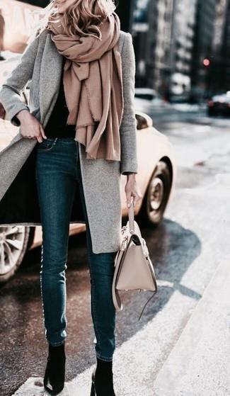 Para un atuendo que esté lleno de caracter y personalidad utiliza un abrigo gris y unos vaqueros pitillo azul marino. Zapatos de tacón de cuero negros son una sencilla forma de complementar tu atuendo.
