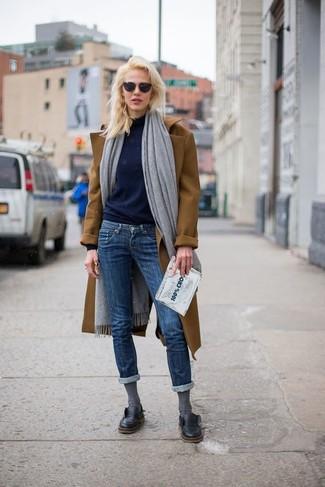 Empareja un abrigo marrón junto a unos vaqueros pitillo azul marino para un look diario sin parecer demasiado arreglada. Zapatos derby de cuero negros añadirán un nuevo toque a un estilo que de lo contrario es clásico.