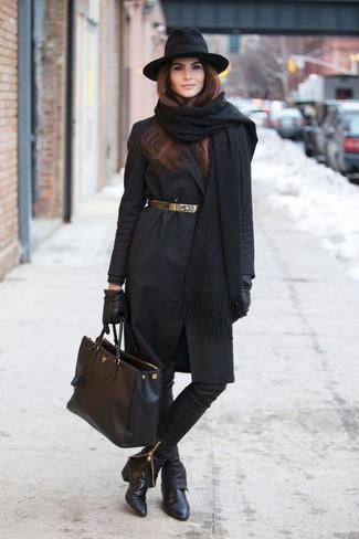 Elige un abrigo negro y unos pantalones pitillo de cuero negros para las 8 horas. Completa el look con botines de cuero negros.