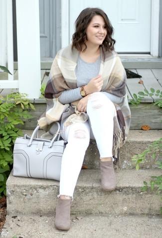 Este combo de una camiseta de manga larga gris y un reloj dorado te permitirá mantener un estilo cuando no estés trabajando limpio y simple. ¿Te sientes valiente? Opta por un par de botines de ante grises.