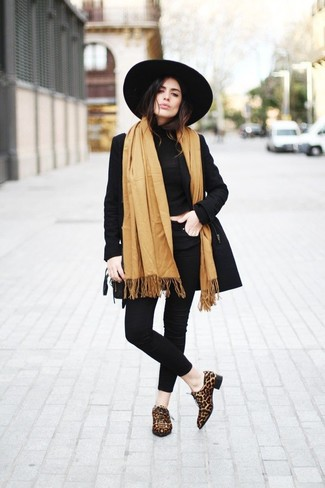 Este combo de una gabardina negra y unos vaqueros pitillo negros te permitirá mantener un estilo cuando no estés trabajando limpio y simple. Este atuendo se complementa perfectamente con zapatos oxford de cuero de leopardo marrónes.