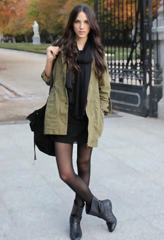 Cómo combinar: chal negro, parka con cola de pez verde oliva, vestido ajustado de encaje negro, botas a media pierna de cuero negras