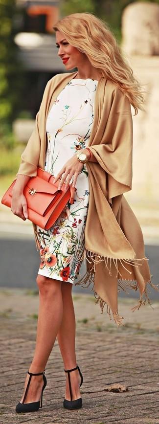 Cómo combinar: chal marrón claro, vestido tubo con print de flores blanco, zapatos de tacón de encaje negros, cartera sobre de cuero naranja