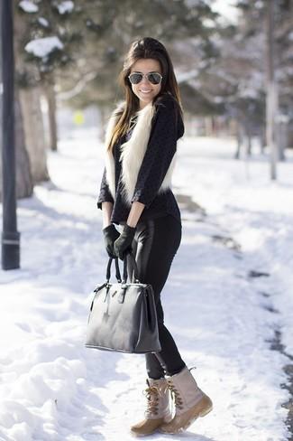 Mantén tu atuendo relajado con un chaleco de pelo blanco y unos leggings de cuero negros. Botas para la nieve son una opción muy buena para completar este atuendo.