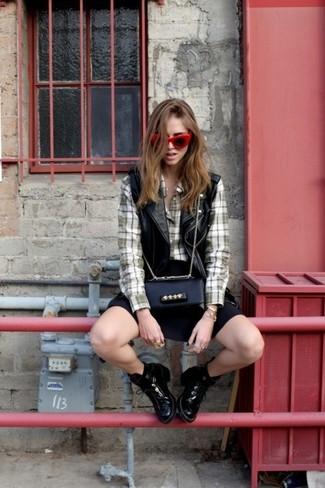 Mantén tu atuendo relajado con un chaleco de cuero negro y una falda skater negra. ¿Por qué no ponerse botines de cuero negros a la combinación para dar una sensación más clásica?