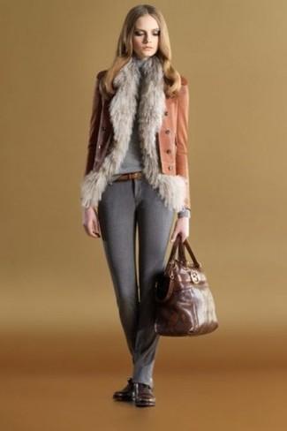 Cómo combinar: chaleco de pelo gris, chaqueta motera de cuero en tabaco, jersey de cuello alto gris, pantalones pitillo de lana en gris oscuro