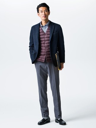 Cómo combinar: chaleco de abrigo burdeos, blazer de lana azul marino, camisa de manga larga de cuadro vichy azul, pantalón de vestir gris