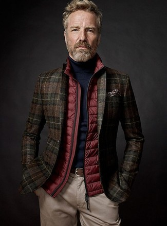 Cómo combinar: chaleco de abrigo acolchado rojo, blazer de lana de tartán en marrón oscuro, jersey de cuello alto negro, pantalón chino en beige