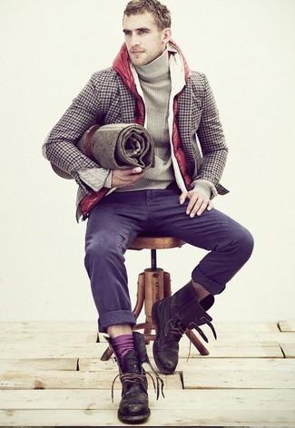 Cómo combinar: chaleco de abrigo acolchado rojo, blazer de lana de cuadro vichy marrón, jersey de cuello alto en beige, pantalón chino en gris oscuro