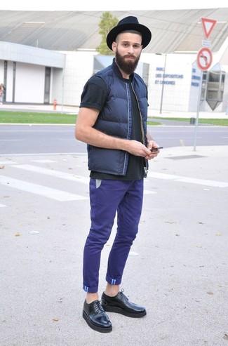 Cómo combinar: chaleco de abrigo azul marino, camiseta con cuello circular negra, pantalón chino en violeta, zapatos brogue de cuero negros