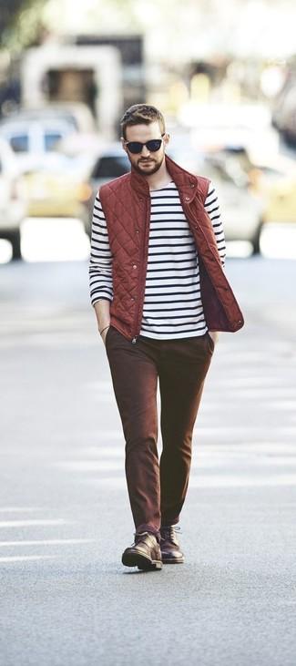 Cómo combinar: chaleco de abrigo acolchado rojo, camiseta de manga larga de rayas horizontales en blanco y negro, pantalón chino marrón, botas casual de cuero en marrón oscuro