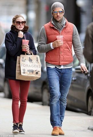 Cómo combinar: chaleco de abrigo acolchado rojo, cárdigan gris, camisa de manga larga blanca, vaqueros azules
