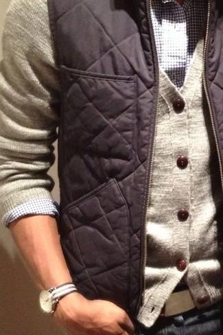 Cómo combinar: chaleco de abrigo en gris oscuro, cárdigan en beige, camisa de manga larga de cuadro vichy en blanco y azul marino, vaqueros azul marino