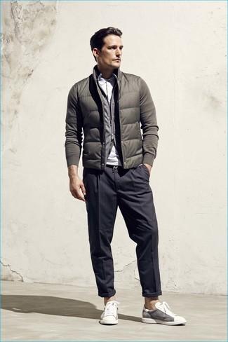 Cómo combinar: chaleco de abrigo verde oliva, jersey con cremallera gris, camisa polo blanca, pantalón de vestir de rayas verticales en gris oscuro