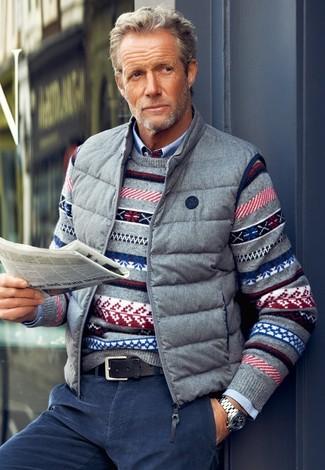 Un jersey con cuello circular gris y unos vaqueros de pana azul marino son prendas que debes tener en tu armario.
