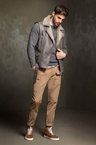 Cómo combinar: chaleco de abrigo de cuero gris, jersey con cuello circular gris, camisa de manga larga blanca, pantalón cargo marrón claro