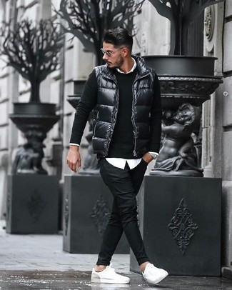 Cómo combinar: chaleco de abrigo acolchado negro, jersey con cuello circular negro, camisa de vestir blanca, pantalón chino negro