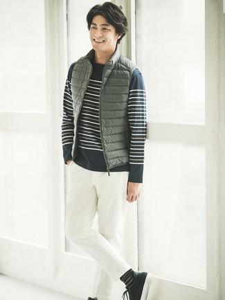 Cómo combinar: chaleco de abrigo verde oliva, jersey con cuello circular de rayas horizontales azul marino, pantalón chino blanco, tenis de ante negros