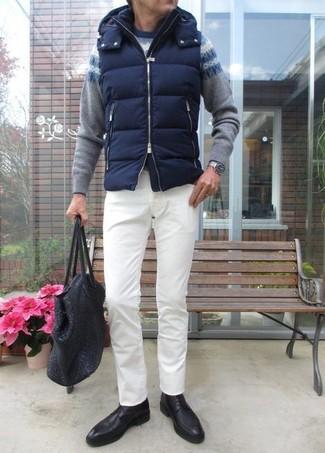Cómo combinar: chaleco de abrigo acolchado azul marino, jersey con cuello circular de grecas alpinos gris, pantalón chino blanco, zapatos derby de cuero negros