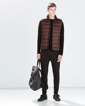 Cómo combinar: chaleco de abrigo marrón, jersey con cuello circular negro, vaqueros negros, tenis de cuero negros