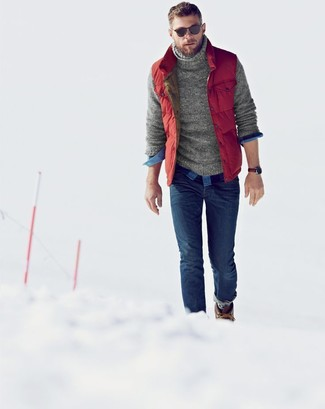 Cómo combinar: chaleco de abrigo acolchado rojo, jersey de cuello alto de punto gris, camisa de manga larga de cuadro vichy azul, vaqueros pitillo azules