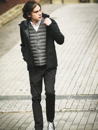 Cómo combinar: chaleco de abrigo gris, sudadera con capucha negra, camisa de manga larga blanca, pantalón chino negro