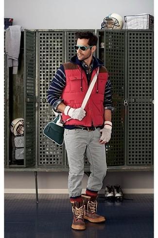 Cómo combinar: chaleco de abrigo acolchado rojo, sudadera con capucha de rayas horizontales azul marino, camisa de manga larga de tartán azul marino, vaqueros grises
