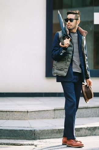 Cómo combinar: chaleco de abrigo acolchado verde oliva, traje azul marino, jersey con cuello circular de rayas horizontales en negro y blanco, botas casual de cuero en tabaco